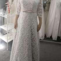 Свадебное платье с полушубком, в Москве