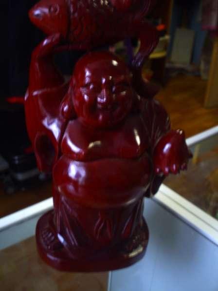 Статуя Будды с рыбой из красного дерева