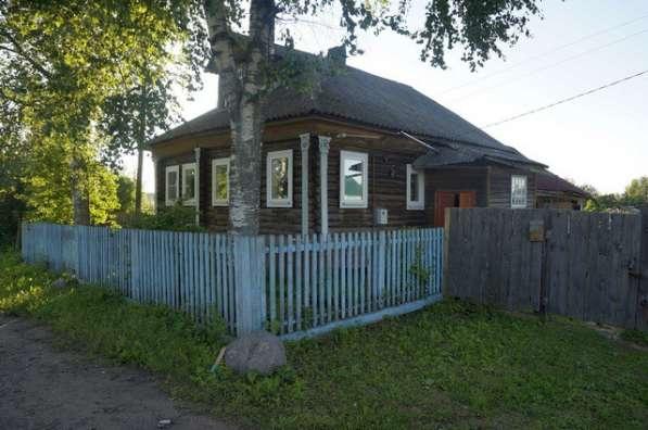 Бревенчатый жилой дом в деревне, недалеко от города,
