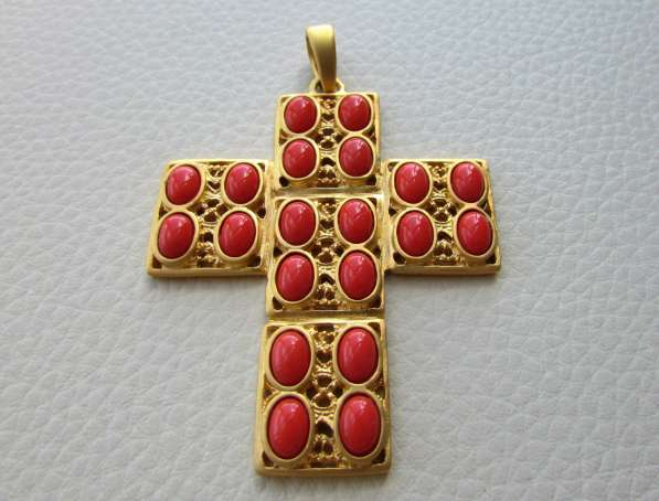 Очень красове украшение в виде декоративного креста от KJL