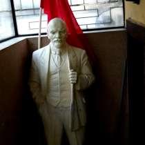 Памятник В. И. Ленину, бюст Ленина и Сталина, голова барана, в Санкт-Петербурге