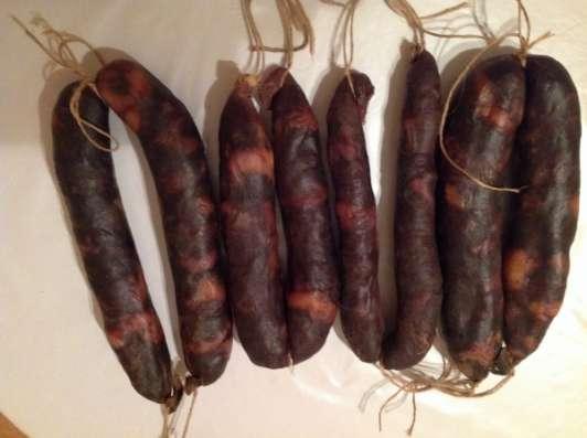 конскую колбасу (Казы) в натуральной оболочке.