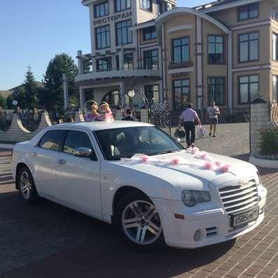 Белоснежный крайслер 300с на свадьбу