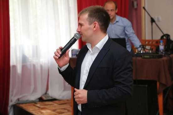 Поющий ведущий (тамада) Иван Агафонов.