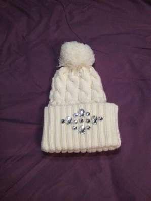 Вязаная белая шапка