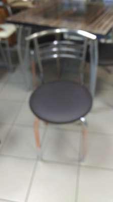 Стол с глянцевой столешницей
