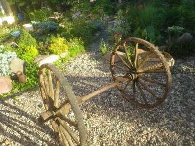 Старинная  ось  с  колёсами.